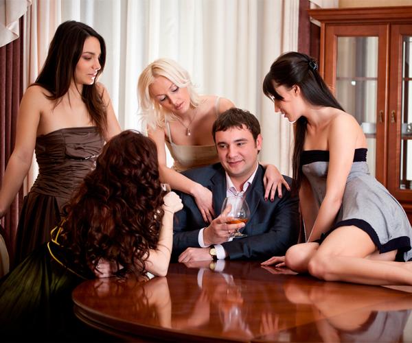 La estrategia más eficaz para crear atracción en una mujer esta misma noche
