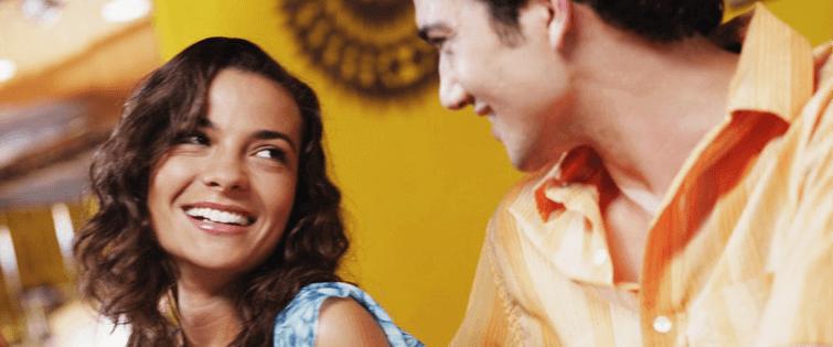3 Tácticas para seducir a una mujer creando una conversación divertida